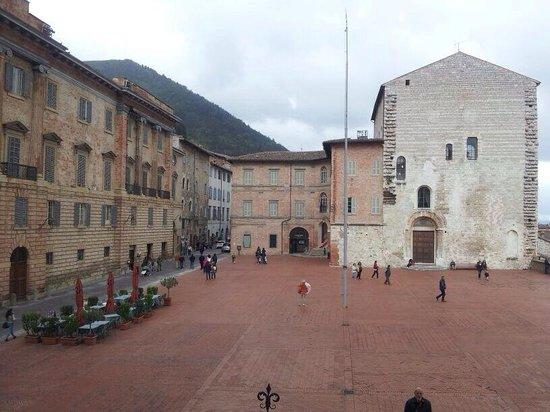 Palazzo dei Consoli Museo Civico: La piazza