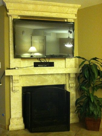 Westgate Flamingo Bay Resort : TV above fireplace