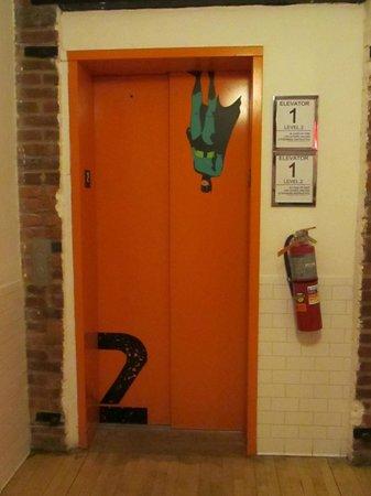 The New York Loft Hostel: Elevador