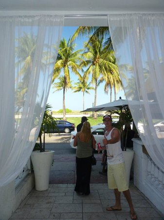 Casa Grande Suite Hotel of South Beach : Exiting the lobby