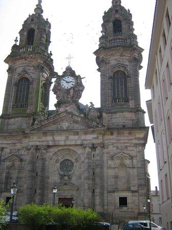 Hôtel Les Pages : L'église superbe etv originale