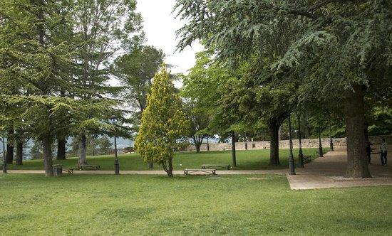 Rocca Borgesca: la parte alta dei giardini della Rocca, con vista sulla valle