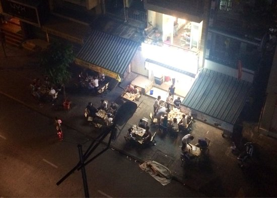 Alagon Saigon Hotel & Spa: 部屋からの景色。23:00過ぎてもワイワイやっていたので、美味しい店なのだろう。今度、行ってみたい。