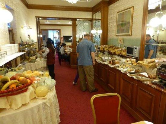Hotel Berna: Breakfast buffet