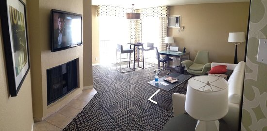 Le Montrose Suite Hotel: View of living room area from the entry way