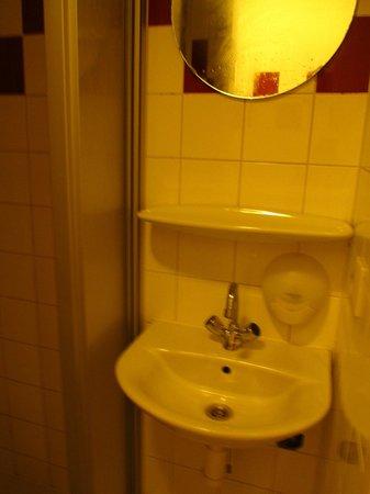 Rembrandt Square Hotel: Умывальник в общей душевой