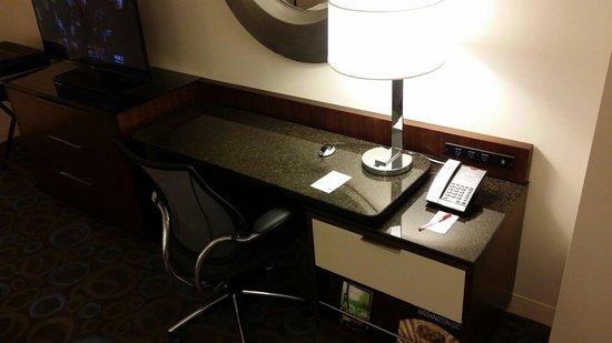 Marriott Marquis Washington, DC : Spacious desk in king room