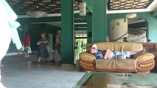 Hotel Dobrudja: лобби с каменно-коженными диванами