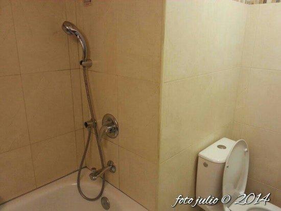 Kfar Maccabiah Hotel & Suites: Otra vista del baño
