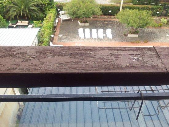 Albergo Hotel Admiral: Parapetto del balcone scrostato