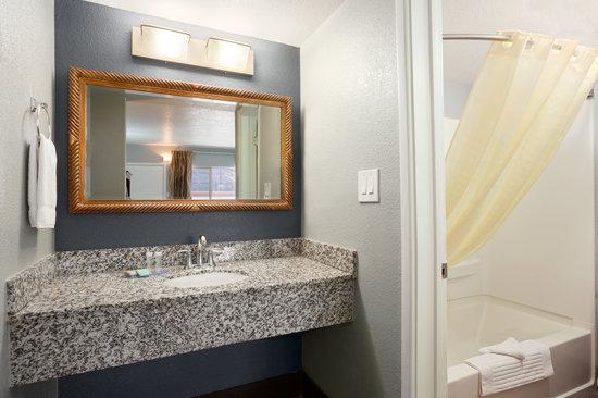 Travelodge Flagstaff East: Bathroom