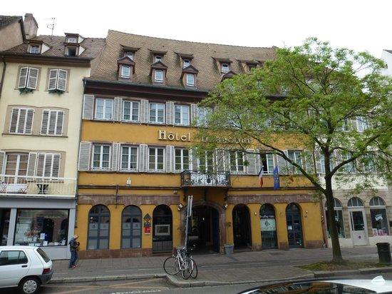 Hotel Beaucour: Depuis l'extérieur, on ne s'imagine pas que le bâtiment abrite une très belle cour intérieure.
