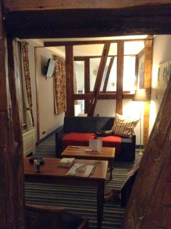 """Hotel Beaucour: Vue depuis l'entrée: les """"pièces"""" sont allignées - salon, chambre à coucher, salle des bains"""