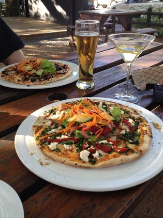 Col'Cacchio: Pizza and drinks outside on a picnic table!