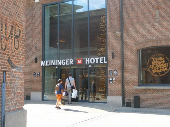 MEININGER Hotel Brussels City Center: Entrada al hotel