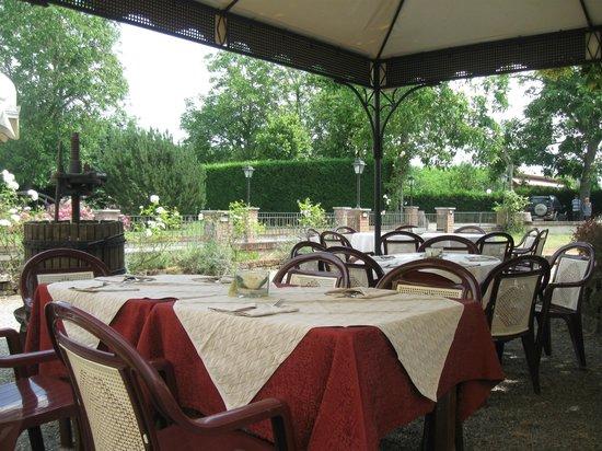 Antica Osteria dell'Abate: tavoli all'aperto