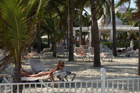 Hotel Riu Palace Riviera Maya: The loungers on the enclosed beach area