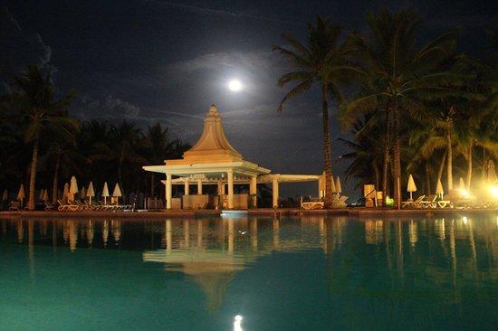 Hotel Riu Palace Riviera Maya: The pool and bar at nighttime