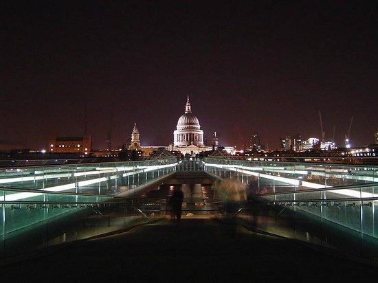 The Millennium Bridge at night