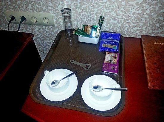 Versailles Hotel: Чайные принадлежности
