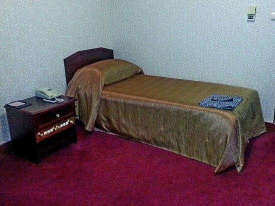 Versailles Hotel: Кровать