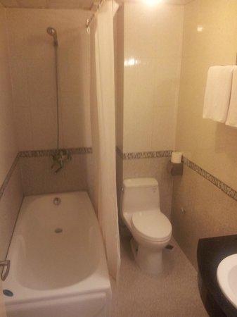 Tu Linh Legend Hotel: Bathroom