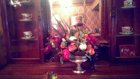 Queen Anne Hotel: Just one of the gorgeous floral arrangements throughout the hotel