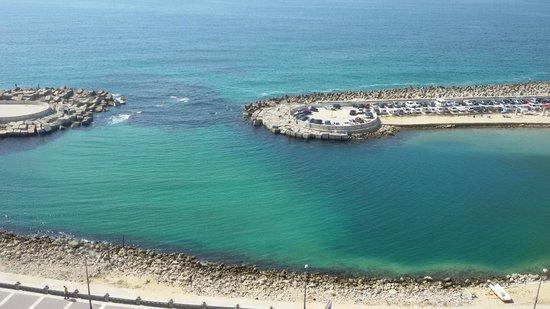 Romance Alexandria Corniche Hotel: The beach across from the hotel