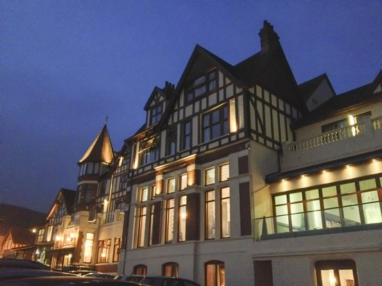 The Woolacombe Bay Hotel: Hotel by night
