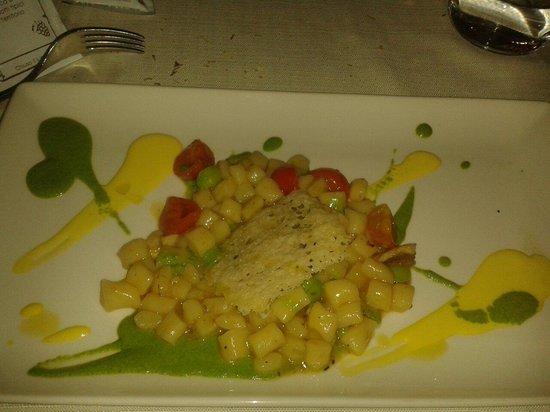 Ristorante La Taverna: Gnocchetti con besciamella allo zafferano e purea di fave  con medaglione di formaggio. Un trip