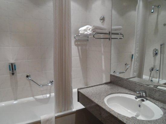 Clayton Hotel Manchester Airport: Bathroom