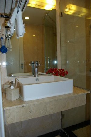 Hanoi L'Heritage Hotel: salle de bain