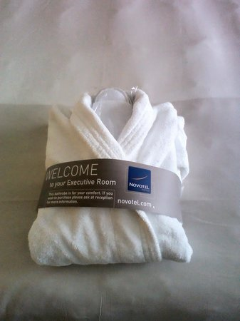 Novotel Southampton: Room, robe and slippers!