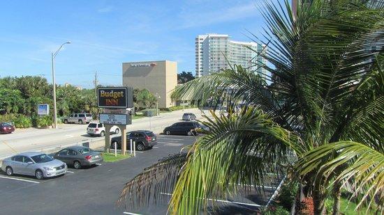 Budget Inn Ocean Resort: Blick zum Parkplatz und zur Straße