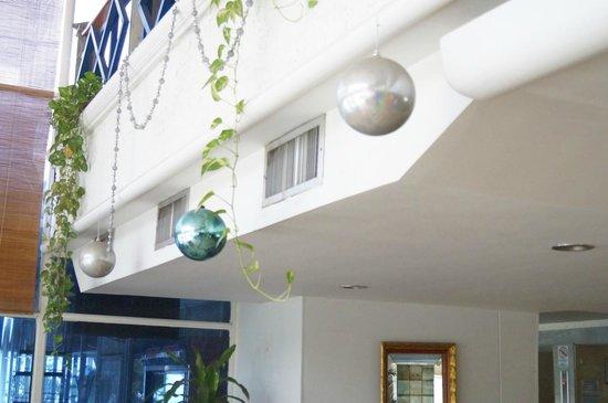 Hotel Costa Del Sol: ESQUECERAM AS BOLAS DE NATAL NA PÁSCOA