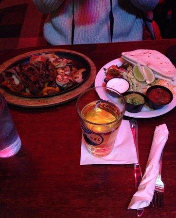 Tortillas crevettes et bœuf avec guacamole, poivrons, légumes, fromage et sauce mexicaine