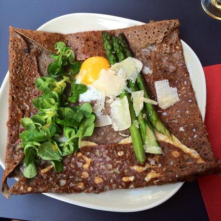 Creperie Margaux: Galette aux asperges vertes, œuf, mâche et Parmesan