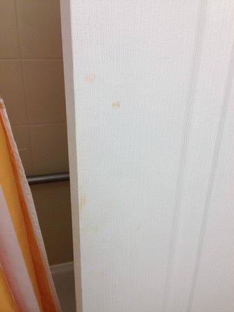 La Quinta Inn & Suites Lubbock North: Makup smudge on other side of bathroom door