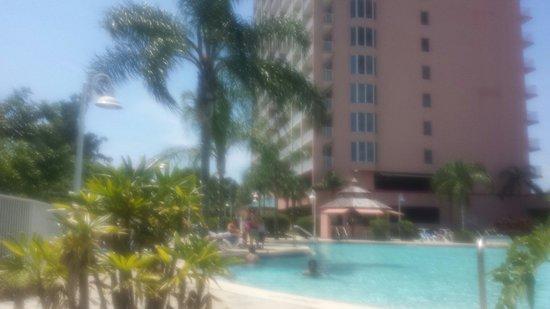 Blue Heron Beach Resort: Main pool tiki bar facing tower 2