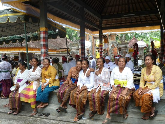 Bali Homestay Cepaka : Friendly faces at the village temple ceremony