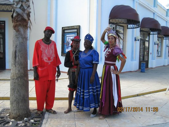 Memories Paraiso Azul Beach Resort: they actors/performers happy to pose for your picture