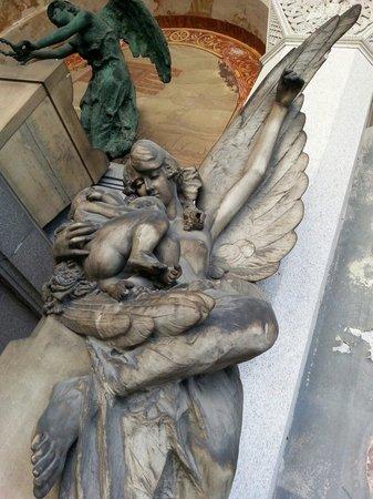 Cimetière Monumental : Quizas para mi una de las mas bonitas y que pasa desaparecibida esta en uno de los laterales el