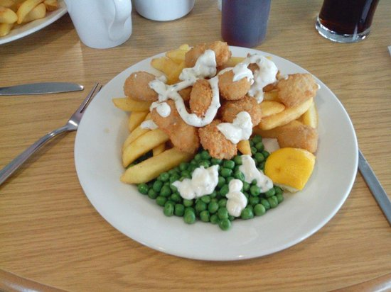 Peggy Scotts Restaurant: Huge scampi and chips with peas (and tartar sauce! ) on the side, divine!