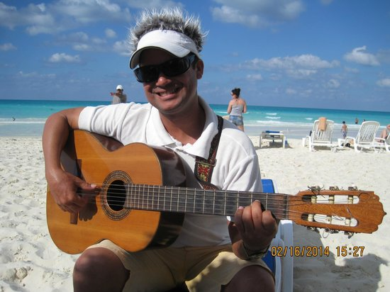 Memories Paraiso Beach Resort : the romanza, sang by this young and gentle guy at the beach