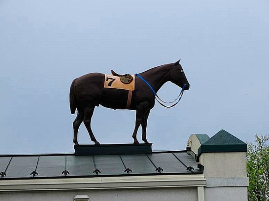 Turf Motel Rib Room : look for the race horse on the roof