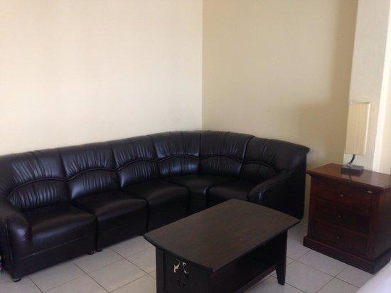 Tropicoza Guesthouse: В каждом номере - удобный диван, на котором мы собираемся покушать фрукты.