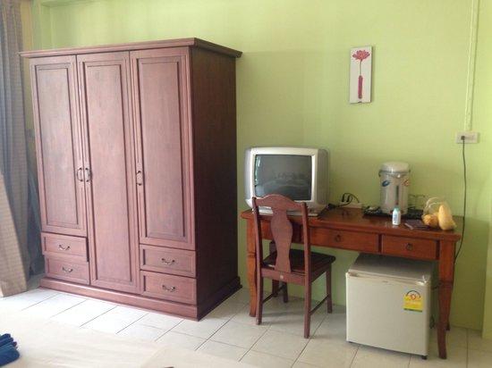 Tropicoza Guesthouse: Шкаф с сейфом и кучей плечиков, холодильник, телевизор, чайник, посуда, нож. Во втором нашем ном