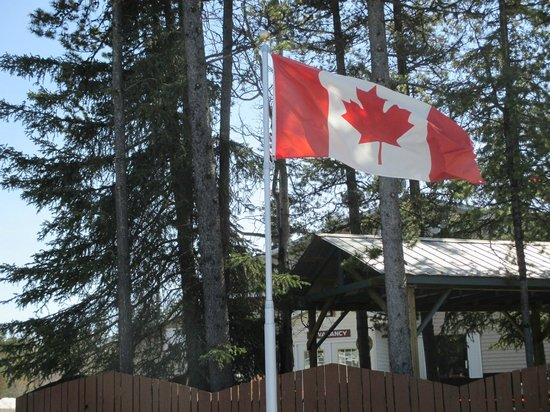 Northway Motor Inn: Welcome to Canada