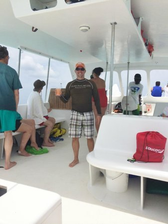 Island Vibes Tours: Inside of boat clean and comfortable