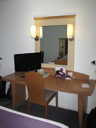 Premier Inn London Heathrow Airport (Bath Road) Hotel : TV & Desk